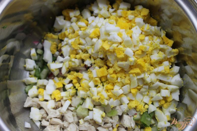 Фото приготовление рецепта: Весенняя окрошка с курицей, редисом и вареной колбасой шаг №4