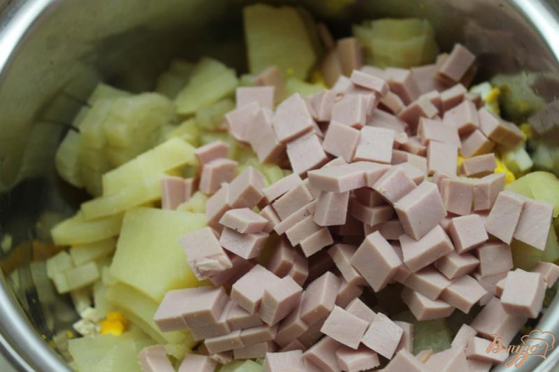 Фото приготовление рецепта: Весенняя окрошка с курицей, редисом и вареной колбасой шаг №5