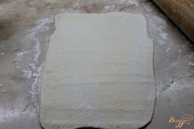 Фото приготовление рецепта: Сырные лепешки из слоеного теста шаг №2