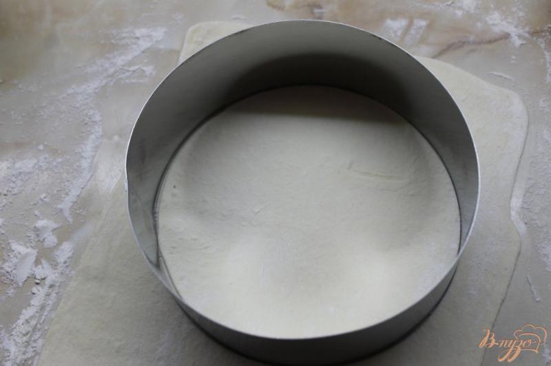 Фото приготовление рецепта: Сырные лепешки из слоеного теста шаг №3