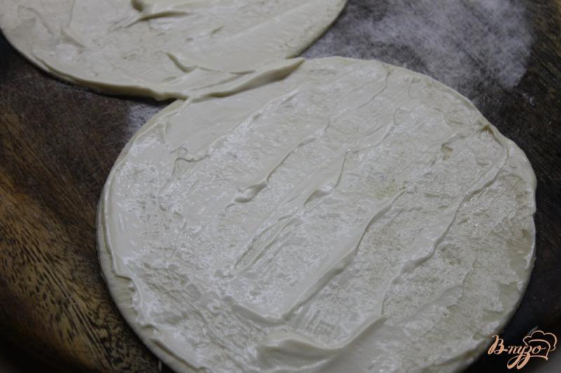 Фото приготовление рецепта: Сырные лепешки из слоеного теста шаг №4