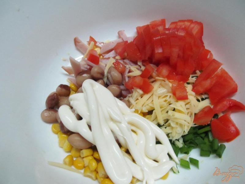 Фото приготовление рецепта: Салат с ветчиной кукурузой и фасолью под сыром «янтарь» шаг №3