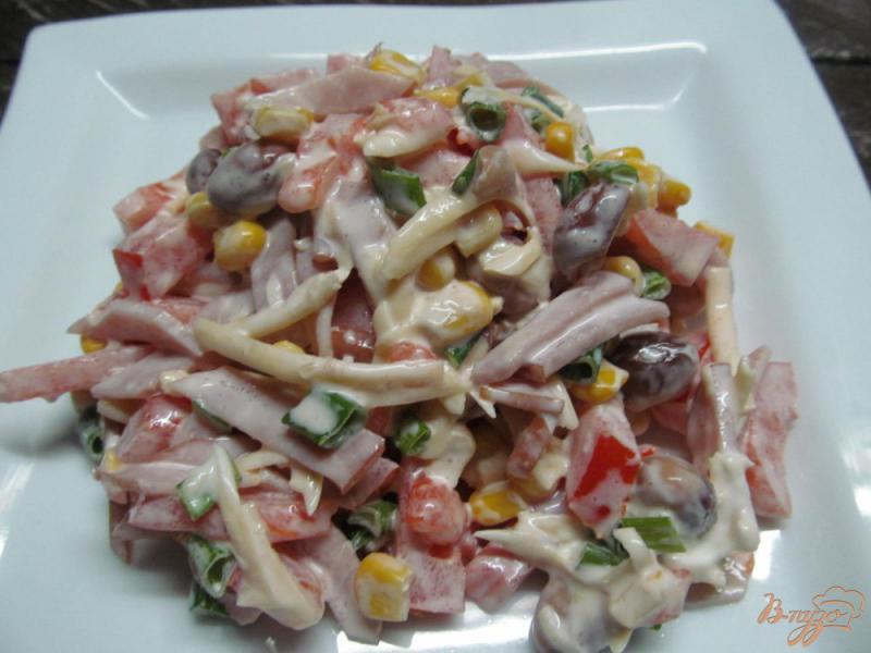 Фото приготовление рецепта: Салат с ветчиной кукурузой и фасолью под сыром «янтарь» шаг №4