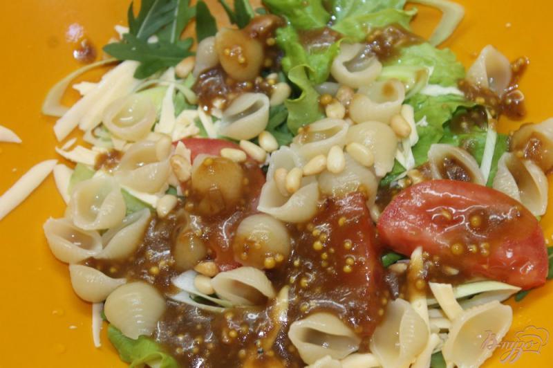 Фото приготовление рецепта: Салат с макаронами и сыром шаг №5