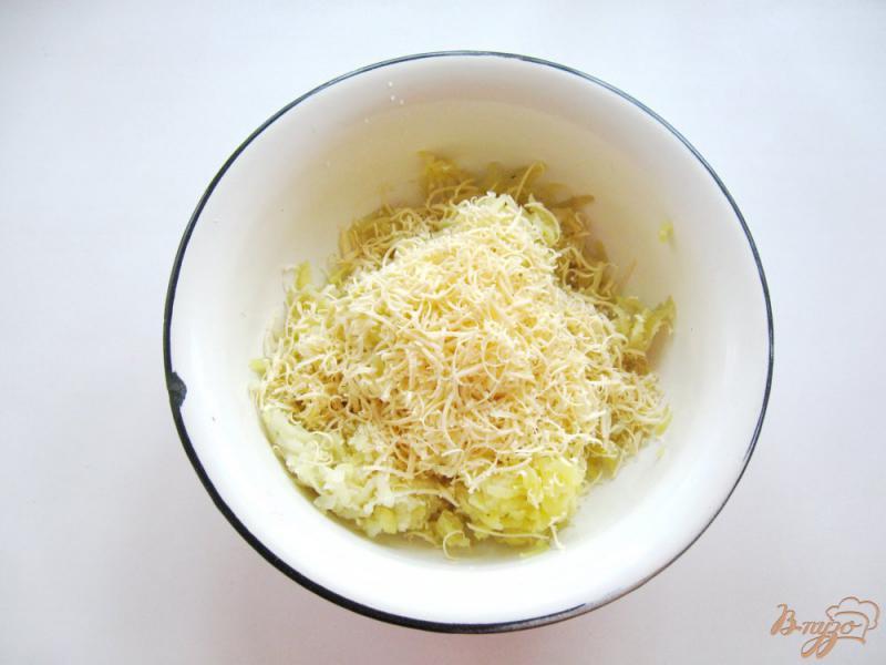 Фото приготовление рецепта: Картофельные лепешки с сыром шаг №2