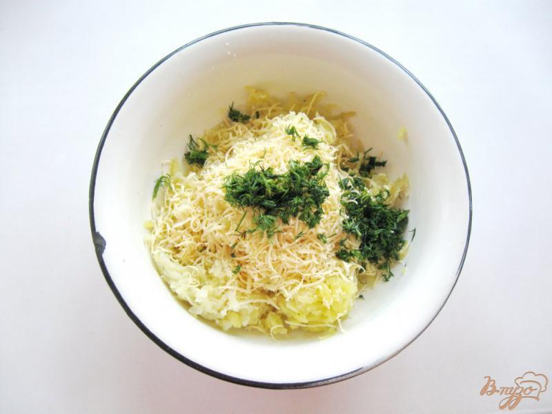 Фото приготовление рецепта: Картофельные лепешки с сыром шаг №3