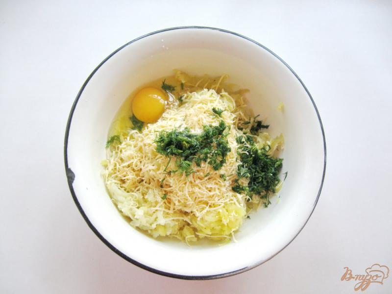 Фото приготовление рецепта: Картофельные лепешки с сыром шаг №4