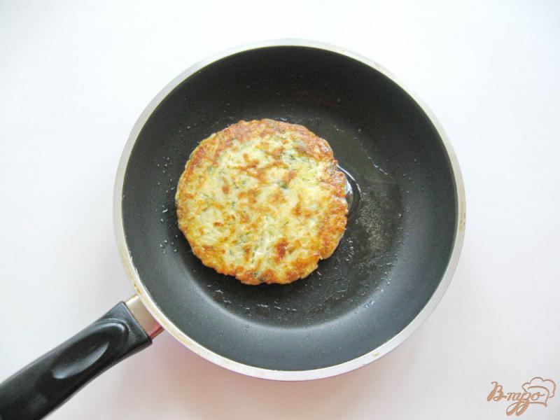 Фото приготовление рецепта: Картофельные лепешки с сыром шаг №7