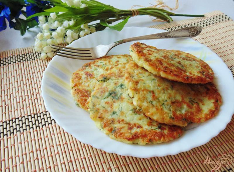Фото приготовление рецепта: Картофельные лепешки с сыром шаг №8