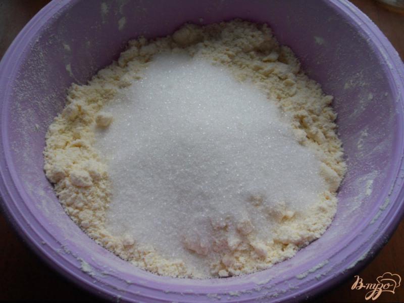Фото приготовление рецепта: Песочный пирог с меренгой и ягодами шаг №2