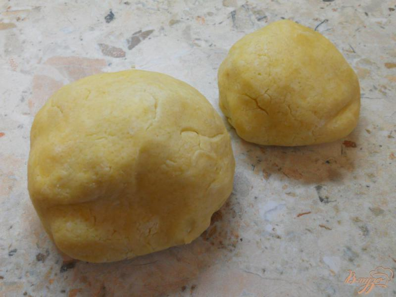 Фото приготовление рецепта: Песочный пирог с меренгой и ягодами шаг №4