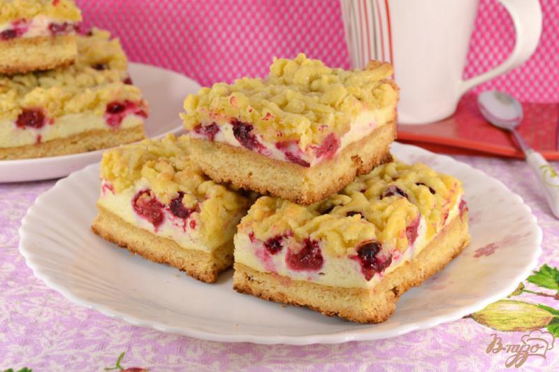 Фото приготовление рецепта: Песочный пирог с меренгой и ягодами шаг №13
