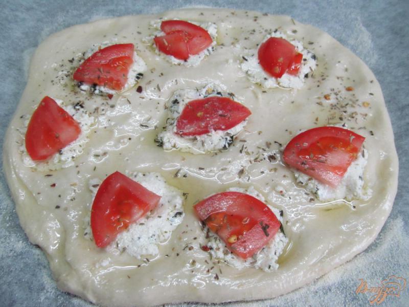 Фото приготовление рецепта: Фокачча с творогом и помидором шаг №5