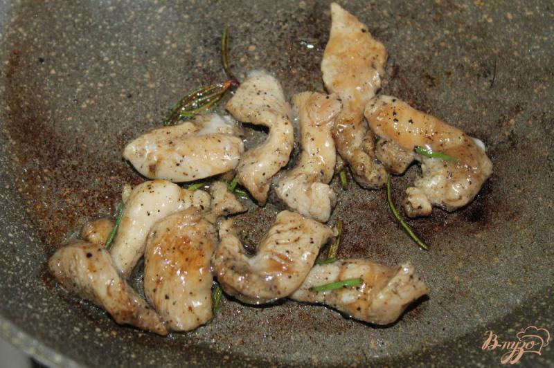 Фото приготовление рецепта: Салат « Цезарь» с курицей и перепелиными яйцами шаг №2