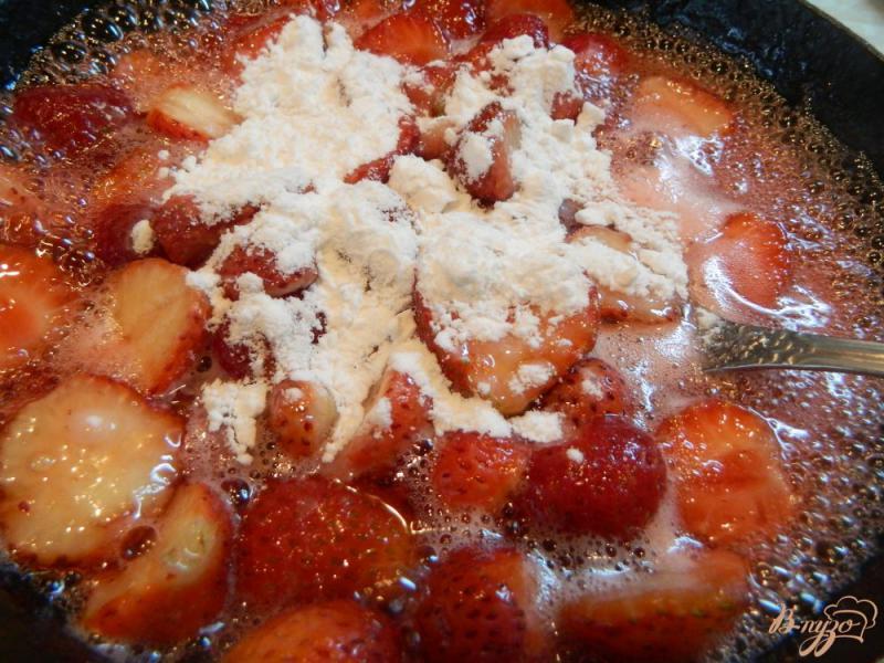 Фото приготовление рецепта: Открытый пирог с творогом и клубникой шаг №9