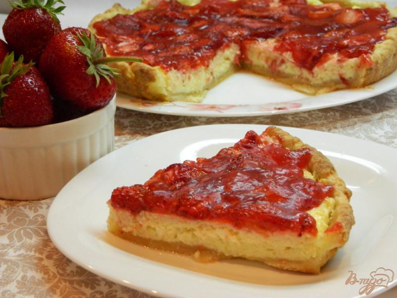 Фото приготовление рецепта: Открытый пирог с творогом и клубникой шаг №11