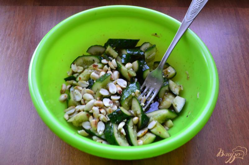 Фото приготовление рецепта: Китайский салат из битых огурцов шаг №7