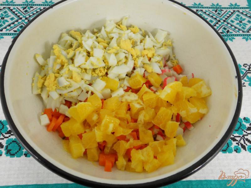 Фото приготовление рецепта: Салат с крабовыми палочками, апельсином и орехами шаг №2