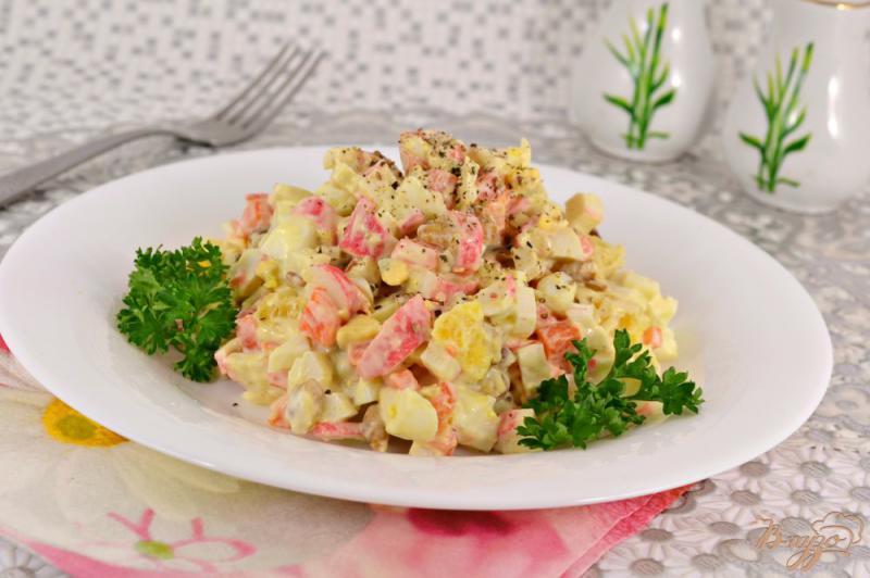 Фото приготовление рецепта: Салат с крабовыми палочками, апельсином и орехами шаг №5