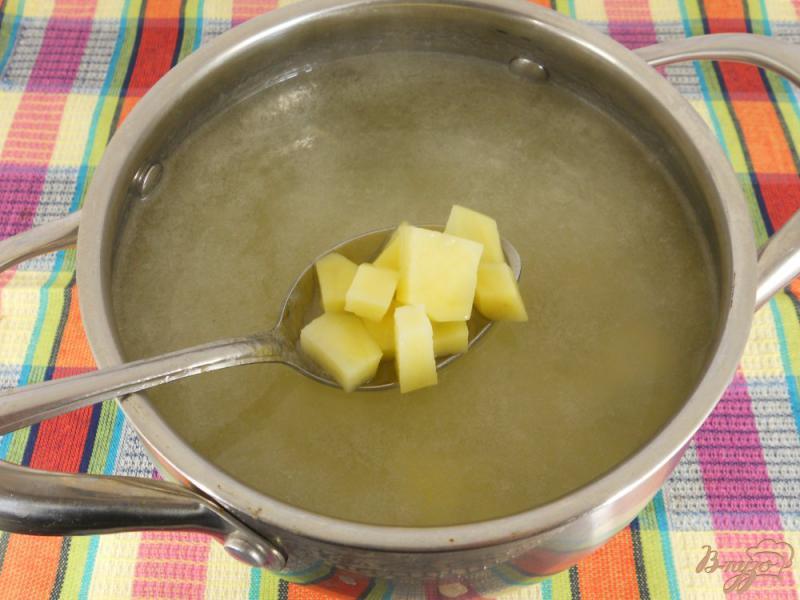Фото приготовление рецепта: Картофельный суп с колбасой шаг №3