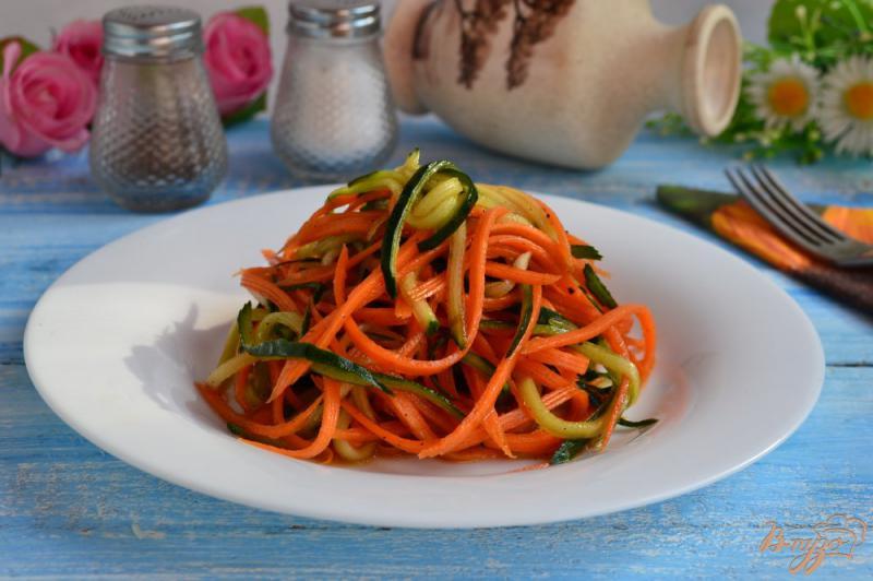 Фото приготовление рецепта: Салат из свежего огурца и моркови шаг №4
