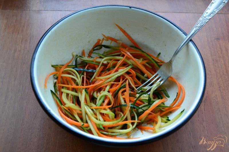 Фото приготовление рецепта: Салат из свежего огурца и моркови шаг №3