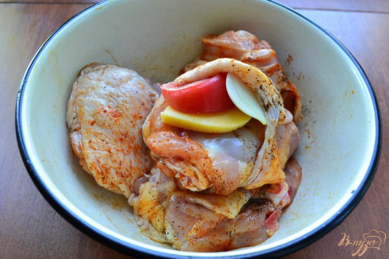 Фото приготовление рецепта: Куриные бедра с сыром и помидорами на пару шаг №2