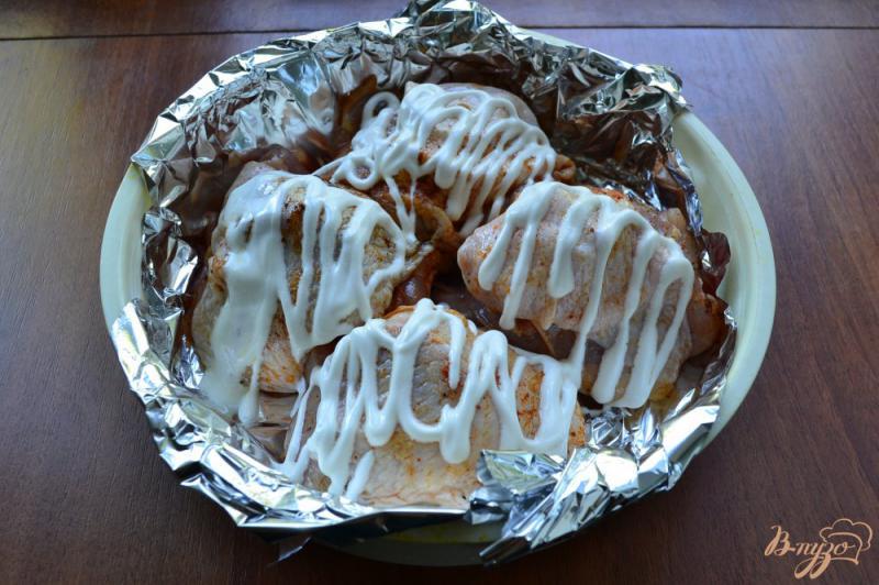 Фото приготовление рецепта: Куриные бедра с сыром и помидорами на пару шаг №4