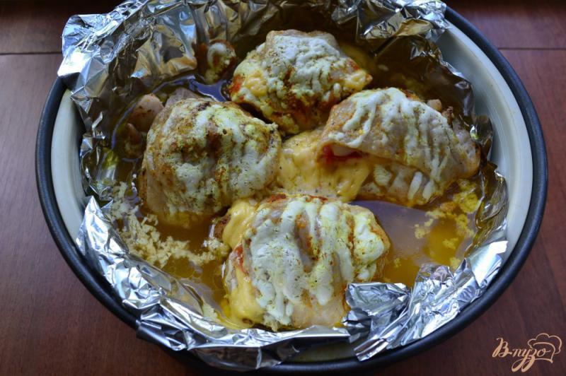 Фото приготовление рецепта: Куриные бедра с сыром и помидорами на пару шаг №5
