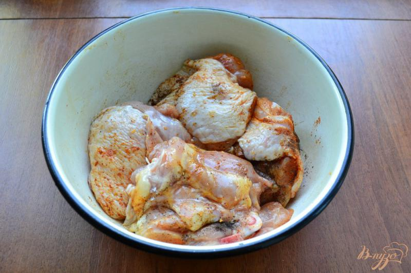 Фото приготовление рецепта: Куриные бедра с сыром и помидорами на пару шаг №1