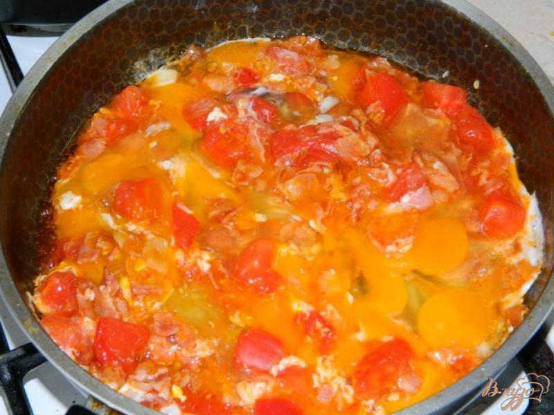 Фото приготовление рецепта: Яичница с беконом и помидорами шаг №3