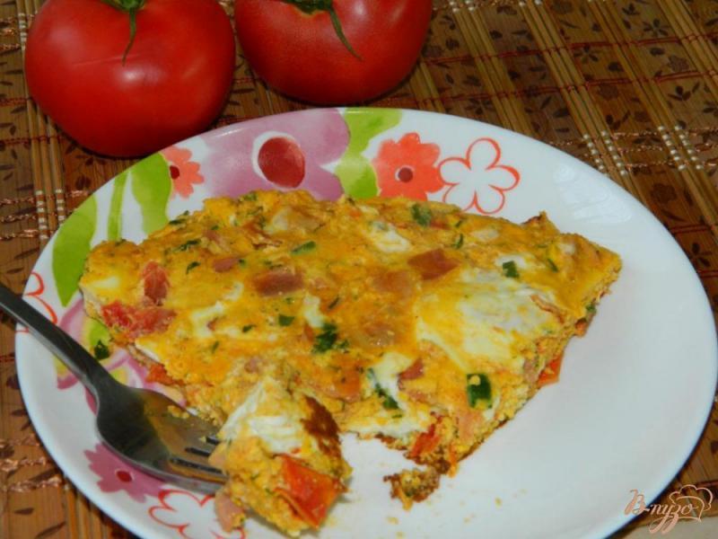 Фото приготовление рецепта: Яичница с беконом и помидорами шаг №5