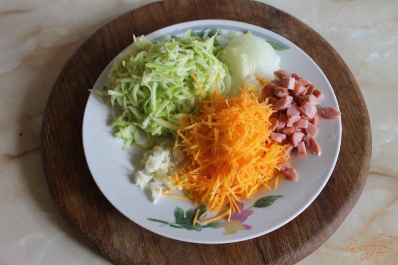 Фото приготовление рецепта: Тушеная капуста с кабачком и сосисками шаг №4