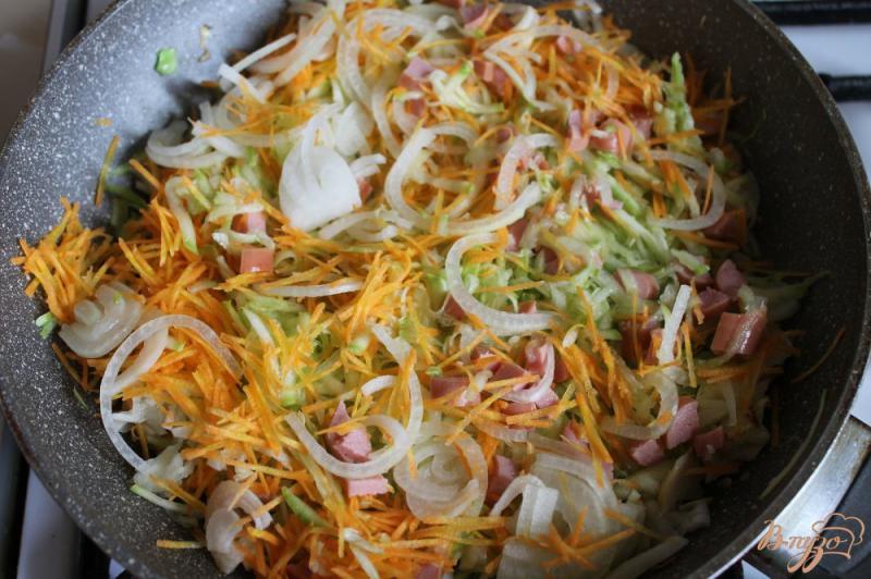 Фото приготовление рецепта: Тушеная капуста с кабачком и сосисками шаг №5