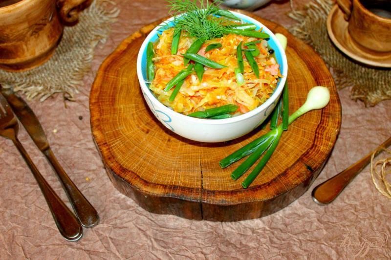 Фото приготовление рецепта: Тушеная капуста с кабачком и сосисками шаг №7