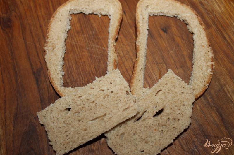 Фото приготовление рецепта: Яичница с добавками в хлебе шаг №2