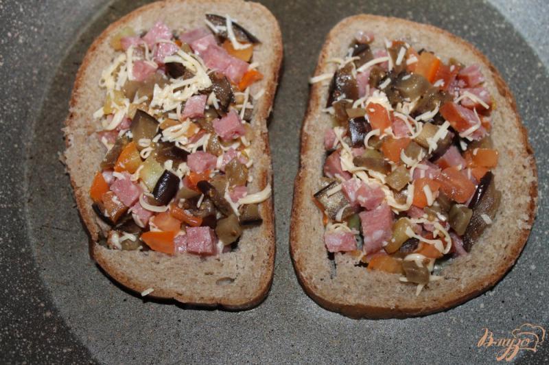 Фото приготовление рецепта: Яичница с добавками в хлебе шаг №5