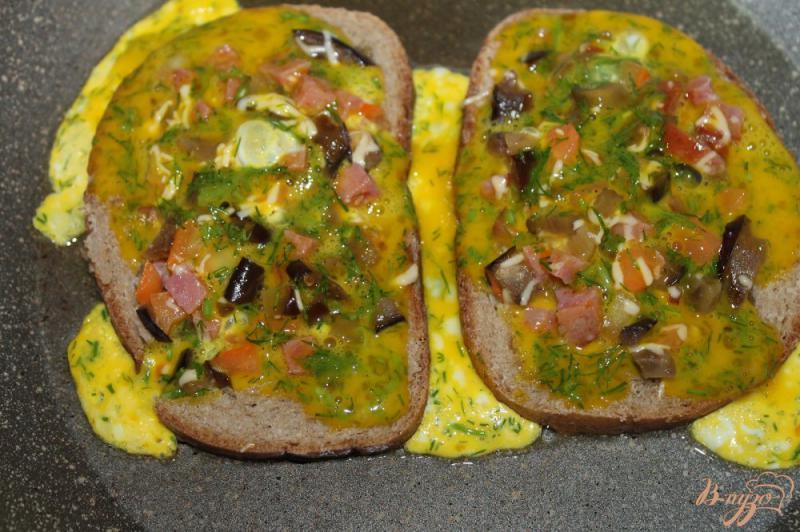 Фото приготовление рецепта: Яичница с добавками в хлебе шаг №7