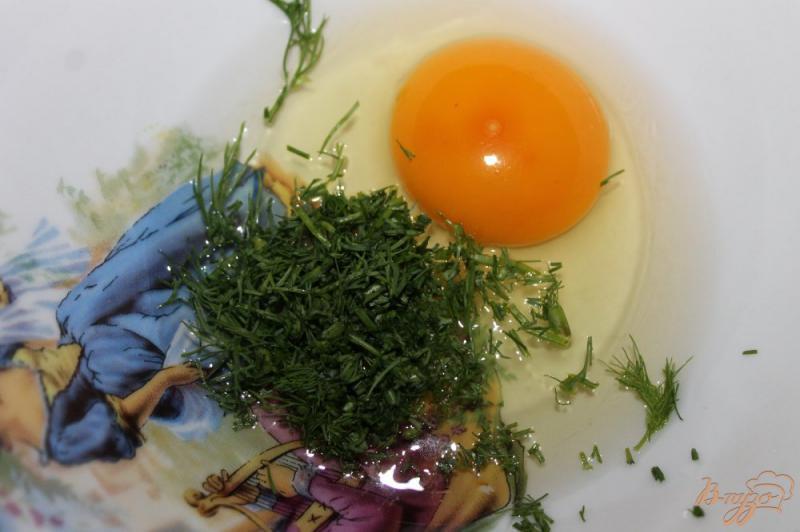 Фото приготовление рецепта: Яичница с добавками в хлебе шаг №6