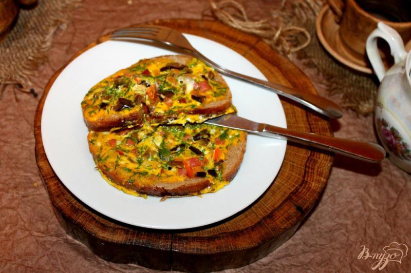 Фото приготовление рецепта: Яичница с добавками в хлебе шаг №8