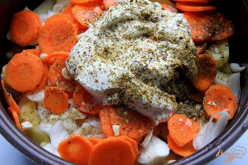 Фото приготовление рецепта: Куриные бедра с картофелем в рукаве шаг №6