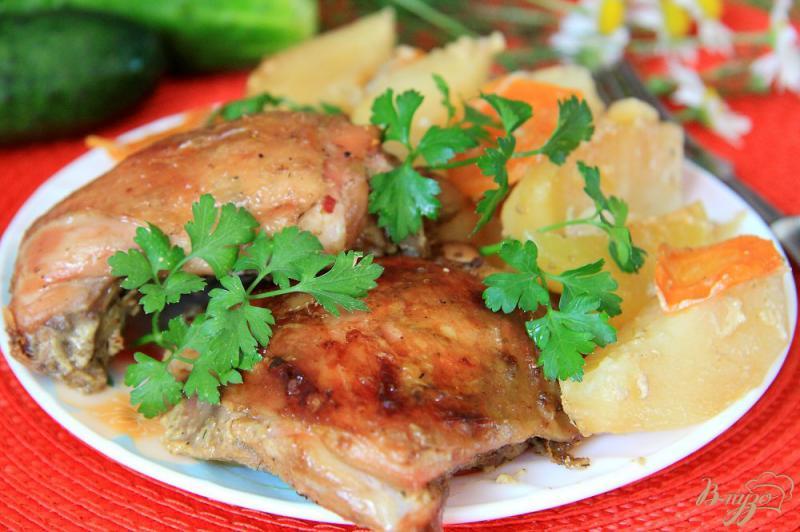 Фото приготовление рецепта: Куриные бедра с картофелем в рукаве шаг №9