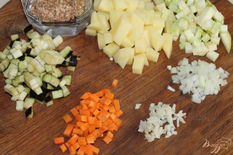 Фото приготовление рецепта: Гречневый суп с баклажаном и кабачком шаг №1