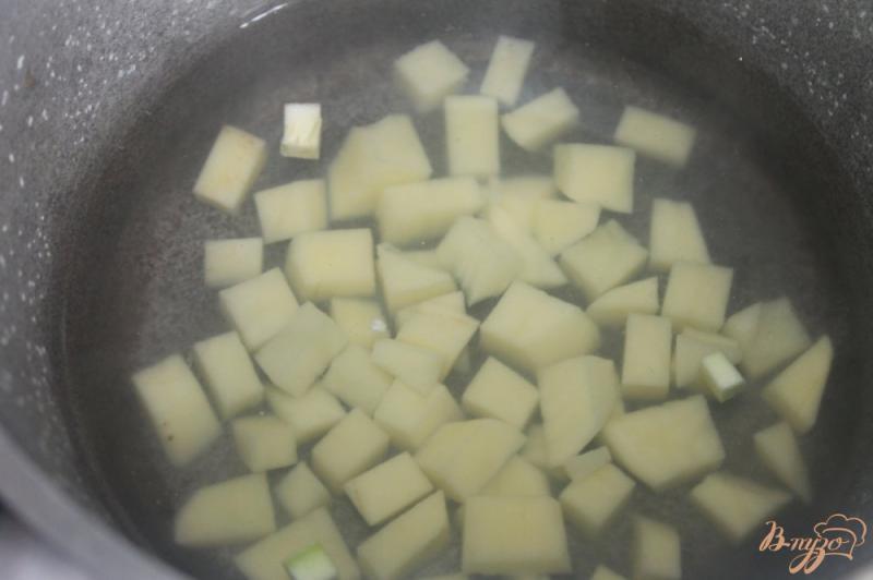 Фото приготовление рецепта: Гречневый суп с баклажаном и кабачком шаг №2