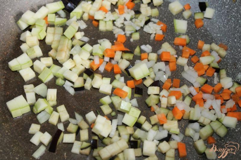 Фото приготовление рецепта: Гречневый суп с баклажаном и кабачком шаг №3