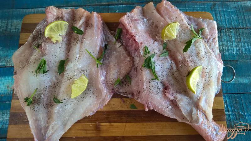 Фото приготовление рецепта: Морской окунь на мангале с лаймом и мятой шаг №4