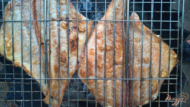 Фото приготовление рецепта: Морской окунь на мангале с лаймом и мятой шаг №6