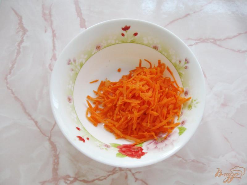 Фото приготовление рецепта: Салат из сырой свеклы с морковью и чесноком шаг №1