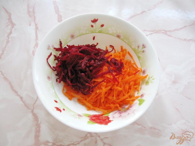 Фото приготовление рецепта: Салат из сырой свеклы с морковью и чесноком шаг №2