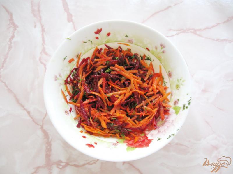 Фото приготовление рецепта: Салат из сырой свеклы с морковью и чесноком шаг №5